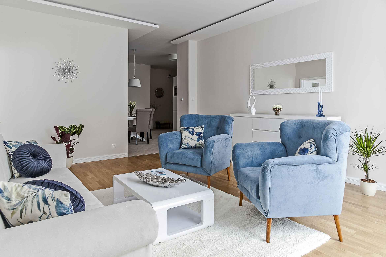 Kinyitható kanapéval és fotelekkel ellátott nappali