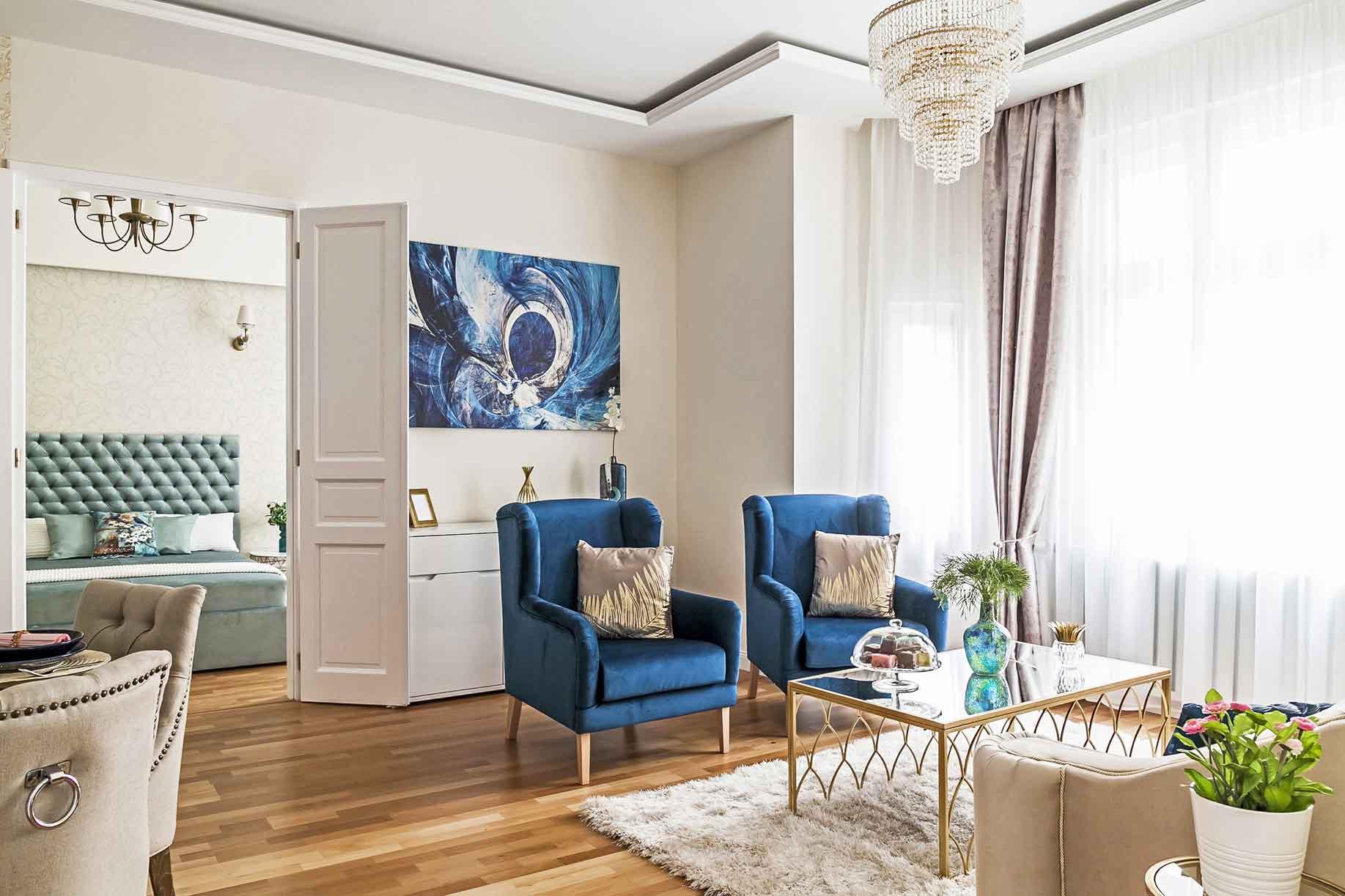 Kék kárpitozott fotel