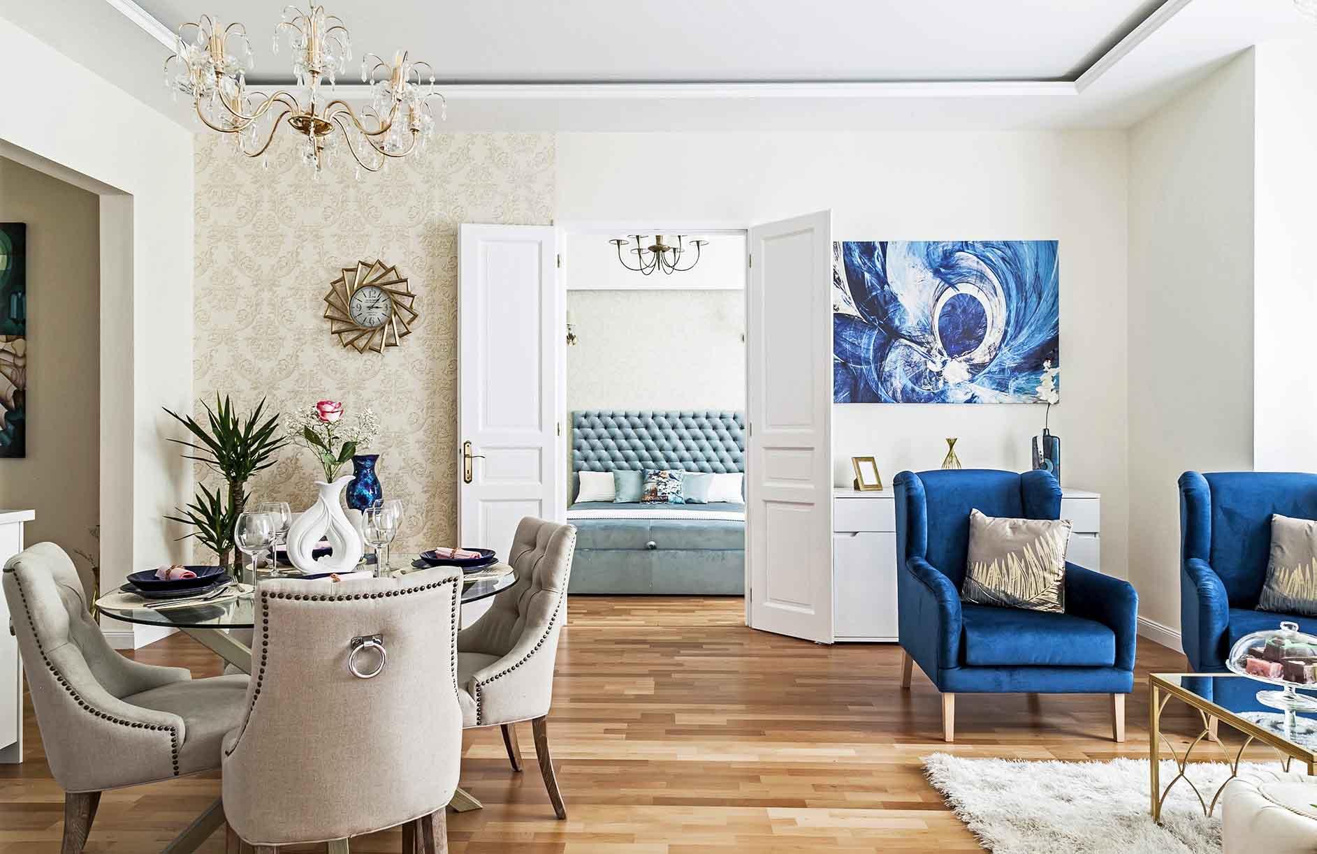 Kék-szürke színösszeállításssal készül bútorok